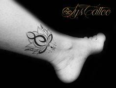Tatouage jambe, cheville femme, bouddha lotus, perles et symbole du poisson comme un pendentif, une breloque, lignes et dotwork, tatou fin, féminin et délicat pour sublimer la cheville d'une femme, chez Lys Tattoo à Gradignan , votre salon de tatouage proche de Bordeaux et Bassin d'Arcachon, une hygiène irréprochable et un accueil chaleureux.