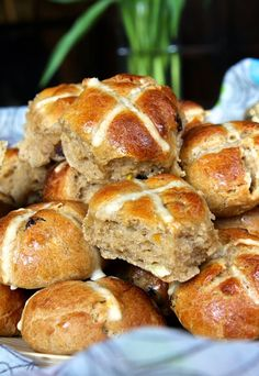 Happy Good Friday! Or is that Happy Hot Cross Bun day?   Good Friday is traditionally the day to eat hot cross buns...... a sweet, spiced...