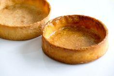 La recette de la pâte sucrée. Plus croustillante et résistante qu'une pâte sablée, elle est parfaite pour réaliser des tartes et tartelettes.