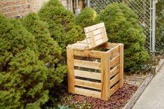 Le composteur ou bac à compost est une pièce maîtresse du jardin pour tous ceux qui veulent recycler les déchets ménagers et en faire du compost à répartir sur les plantes. Pas à pas pour le créer.