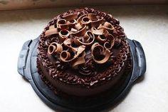Till pappas födelsedagskalas för ett tag sen så gjorde jag en tårta med smak av apelsin och choklad. Det är lite ihopplock av olika recept jag hittade, och ende