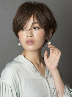 Pin on おしゃれ Pin on おしゃれ Medium Short Haircuts, Medium Hair Cuts, Short Hair Cuts, Short Hair Styles, Stacked Bob Hairstyles, Retro Hairstyles, Short Hairstyles For Women, Pixie, Androgynous Haircut