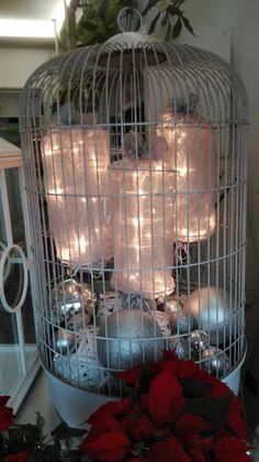 Gabbia per uccelli con decori natalizi