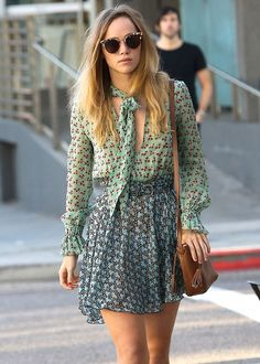 Suki Waterhouse Proves That Festival Girl Prints Look Best With Cool Kicks - Celebrity Street Style Boho Fashion, Girl Fashion, Autumn Fashion, Style Fashion, Fashion Dresses, Festival Girls, Suki Waterhouse, Bohemian Mode, Petite Fashion Tips