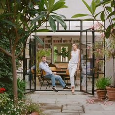 Flow of garden patio area into the house. Window framing, floor to ceiling window/doors on patio side of the house. Transition of interior flooring to garden/patio pavers Victorian Townhouse, London Townhouse, London House, Victorian Terrace, T Magazine, Magazine Editor, Townhouse Garden, Paris Home, Fibreglass Roof