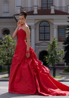 I don't really like the back of the dress, but I love the bead work and that it's a red wedding dress! <3