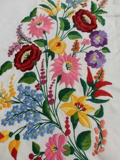 Macar deseni Hand Embroidery Flowers, Hand Embroidery Stitches, Hand Embroidery Designs, Embroidery Techniques, Embroidered Flowers, Embroidery Patterns, Hungarian Embroidery, Crewel Embroidery, Folklore