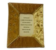 ***MAXI OFFERTA*** Cornici portafoto in tessuto, vari colori disponibili e vari formati di grandezza, con perline decorative. Misure Disponibili e prezzi: 10x15 a 0,87 euro — presso Mazzarella. Grossisti, da sempre.