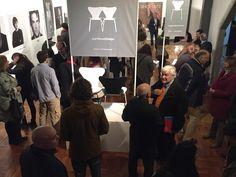 """""""7 Cool Architects"""": Interpretaciones contextuales de la silla Series 7™ de #ArneJacobsen. La obra de #JeanNouvel da la bienvenida a la exhibición."""