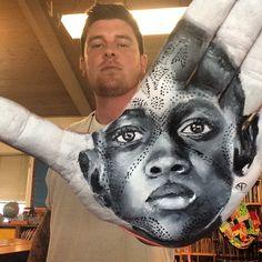 Artista elabora retratos hiper-realistas na palma da mão
