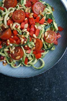 squashpasta  1 squash en håndfuld cherry tomater 1 peberfrugt 1 forårsløg en håndfuld pinjekerner    Lav pasta ud af en squash  Hak peberfrugt, tomater og forårsløg Rist pinjekernerne på en tør pande  Pesto:  1 potte basilikum 1/4 citron 1/2 dl olie 2 spsk mandler 2 spsk parmesanost salt og peber 1 avocado   Kom ovenstående i en blender og kør til en cremet masse Bland squash strimlerne i pestoen og top med tomat, peberfrugt og forårsløg samt de ristede pinjekerner. Eller køb pesto…