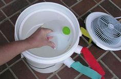 Five-gallon buckets have so many different uses. All you need for this portable bucket air conditioner project is a five gallon bucket and a small desk fan. These two things… Bucket Air Conditioner, Homemade Air Conditioner, Camping Air Conditioner, Five Gallon Bucket, 5 Gallon Buckets, Pringles Dose, Cola Dose, Diy Ac, Life Hacks