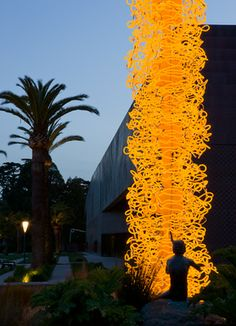 Saffron Tower outside the DeYoung Museum Dale Chihuly, Sculpture Museum, Sculpture Art, Sculptures, Blown Glass Art, Glass Artwork, Neon, Museum Of Fine Arts, Glass Installation