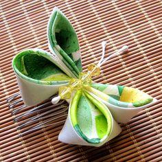 Tsumami Kanzashi : traditional Japanese method of pinching fabric to make hair pins