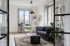 Apartamento de 42 m2 con separaciones de cristal. Si no gusta integrar los espacios, pero tienes poca luz... Las paredes de cristal son la mejor solución.