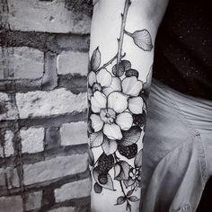 """Morus Nigras"" #art #artwork #arte #blackwork #blackworkers #blackworkerssubmission #blxckink #blackart #btattooing #blackberry #dotworktattoo #drawing #engraving #electricink #equilattera #floral #flowertattoo #flowers #inked #inkedmagazine #illustration #inkstinctsubmission #linetattoo #tattoodo #tattoo #tattooed #tatuagem"
