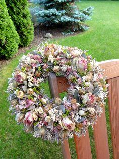 Romantický věnec Věnec ze sušených růží a dalšího pouze přírodního materiálu. Vhodný i jako netradiční dárek. Velikost 32cm. How To Make Wreaths, Door Wreaths, Funeral, Hydrangea, Floral Arrangements, Wedding Flowers, Floral Wreath, Seasons, Spring