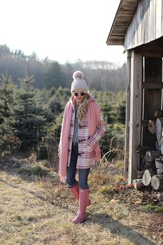 TOGGLE COAT // TREE FARM A pink casual look // Outfit ideas for Christmas tree shopping and family photos! Pink hunters and a toggle coatA pink casual look // Outfit ideas for Christmas tree shopping and family photos! Pink hunters and a toggle coat Pink Hunter Boots, Hunter Boots Outfit, Fall Winter Outfits, Winter Fashion, Winter Wear, Rainy Outfit, Casual Outfits, Fashion Outfits, Fashion Boots