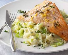 Salmon with curry leeks and thermomix - Dany - - Saumon au fondant de poireaux curry avec thermomix Salmon with curry leeks and thermomix. Here is a delicious recipe of Salmon with curry leek fondant, easy and simple to prepare … Salmon Pasta, Salmon Dishes, Fish Dishes, Bbc Good Food Recipes, Cooking Recipes, Healthy Recipes, Veg Recipes, Greek Recipes, Healthy Dinners