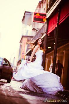 """Ensaio Trash the Dress: Sabe quando dizem """"ai, amei tanto estar vestida de noiva que adoraria usar meu vestido todo dia""""? Faça um Trash the Dress usando seu vestido e fazendo suas tarefas do dia-a-dia. Um passeio pela cidade já dá um belo ensaio! ;)"""