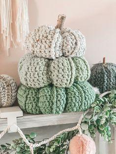 Crochet Fall Decor, Crochet Home, Crochet Gifts, Knit Crochet, Fall Patterns, Holiday Crochet Patterns, Knitting Projects, Crochet Projects, Crochet Pillow Pattern