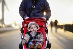 Poussettes, porte-bébés : comment éviter les accidents