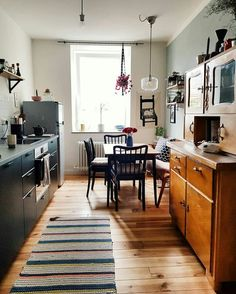 45 Modern Mid Century Kitchen Design Ideas For Inspiration. These days kitchen décor comes in all colors, sizes and eras. The newest trend in kitchens today is the retro kitchen design . Kitchen Rug, Kitchen Decor, Kitchen Wood, Kitchen Country, Kitchen Modern, Kitchen Herbs, Buy Kitchen, Kitchen Paint, Küchen Design