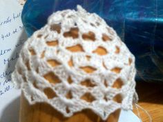 Prvé riadky zvončeka natiahnuté na vhodný podklad Crochet Squares, Diy And Crafts, Crochet Patterns, Handmade, Christmas Ornaments, Go To Sleep, Tutorials, Hand Made, Crochet Blocks