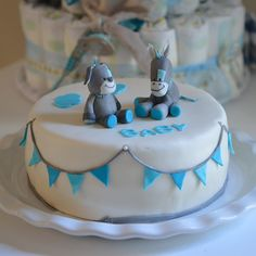 Gâteau baby shower - gluten free cake blue with nattou baby sugarpaste figures