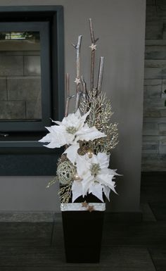 Luxusní vánoční dekorace s vánoční hvězdou / Zboží prodejce jircice | Fler.cz Christmas Flower Decorations, Easy Holiday Decorations, Christmas Flower Arrangements, Christmas Planters, Beautiful Christmas Decorations, Colorful Christmas Tree, Christmas Centerpieces, Christmas Scenes, Christmas Diy