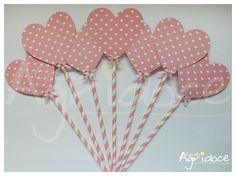 Kit com 7 centros de mesa de coração. <br>Feitos no papel scrapbook, canudo especial e finalizados com pedrinha brilhante e lacinho. <br>Todos feitos à mão. <br>Tamanho: 10 x 26 cm.