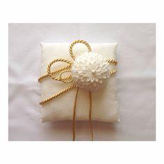 原に無事にリングピローとウエルカムボードを渡せた。。初めて作ったリングピロー、つまみ細工も初挑戦。神前式なので和風に◎直接会って渡せてよかった。 Wedding Images, Wedding Cards, Diy Wedding, Wedding Gifts, Wedding Pillows, Ring Pillow Wedding, Wedding Kimono, Ring Pillows, Kanzashi