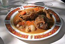 Rabo de toro. Su origen se sitúa en el siglo XVI y en Córdoba, que se preparaba con los rabos de toros bravos tras la corrida.
