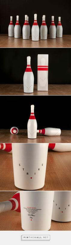 Strike Wine bowling pin packaging design by Javier Garduño Estudio de Diseño - http://www.packagingoftheworld.com/2017/09/strike-wine.html