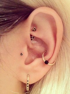 A tragus piercing is a very subtle form of body modification. Most tragus earrings are low-key and small, although there are a few designs out there meant to dazzle. People who see it might even dismiss it as a common earlobe piercing… Conch Piercings, Piercing No Lóbulo, Piercing Oreille Cartilage, Outer Conch Piercing, Unique Ear Piercings, Cute Piercings, Multiple Ear Piercings, Body Piercings, Piercing Tattoo