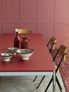 Der rote Tisch von USM ist sowohl zum Arbeiten wie auch zum Essen eine stilvolle…