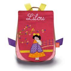 Joli sac à dos l'Oiseau Bateau, rouge et rose, décoré d'une jolie tonkinoise, personnalisable avec un prénom brodé, qui permettra à votre enfant de vivre beaucoup d'aventures. #sacàdos #sacàdosenfant #sacàdospersonnalisable #sacàdosbrodé #broderie #sacenfant #bagage #bagageenfant #école #OiseauBateau #Tonkinoise #Tonkinois #Tonkin