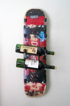 Selbstgemachtes Weinregal aus einem alten Skateboard.