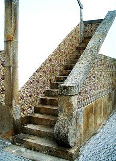 Azulejos e escadaria em granito da antiga estação ferroviária de Chaves. Portugal