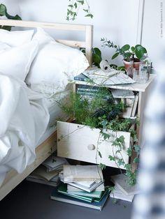 Skön grönska i kombination med ljus furu i sovrummet. TARVA säng, TARVA avlastningsbord, LINBLOMMA påslakanset, FRASERA glas.