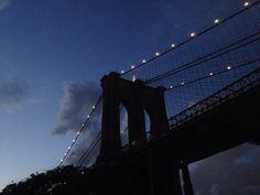 Di nuovo sul ponte, libere quanto la città può consentire di esserlo, tra due situazioni, un vento tagliente dal porto annuncia che qualcosa di buio sta incombendo sul Jersey, non la notte, non ancora.