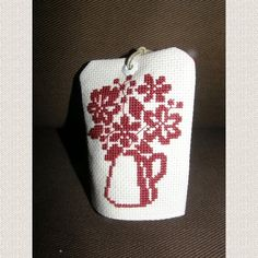 Porte senteur au motif brodé au point de croix à la main. Il s'agit d'un petit coussin où vous glissez un sachet de lavande, menthe, anis, cannelle, ou autre. S'accroche à une  - 11786095