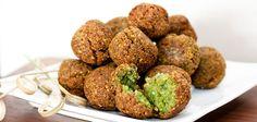 Az isteni Falafel  HOZZÁVALÓK 40 dkg lóbab 1 nagy tojás 1 nagy fej hagyma 2 gerezd fokhagyma 1 csokor petrezselyemzöld 1 kávéskanál őrölt koriander 15 dkg liszt 2 evőkanál szezámmag só olaj a sütéshez I Love Food, Good Food, Yummy Food, Vegetarian Recipes, Cooking Recipes, Healthy Recipes, Snack Recipes, Food Porn, Egyptian Food