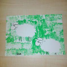 """Ovečky v trávě; hlava připelená na poskládaném papíru, aby se """"hýbala"""""""