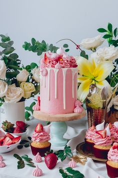 Food Rings Ideas & Inspirations 2017 - DISCOVER White Cake, Pink Frosting and fresh strawberries + Meringe Kisses Recipe / Historias del ciervo Discovred Pretty Cakes, Beautiful Cakes, Amazing Cakes, Drip Cakes, Kisses Recipe, Strawberry Meringue, Vanilla Bean Cakes, Pink Frosting, Think Food