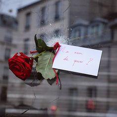 - Les impacts de balles sont impressionnants. Il y a des bougies et des fleurs partout. La solidarité contre la lâcheté. by lebeguinparis instagramers I like