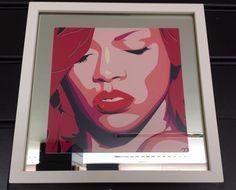 Quadro pop art, com imagem da Beyoncé colada no espelho, moldura branca laqueada de caixa.