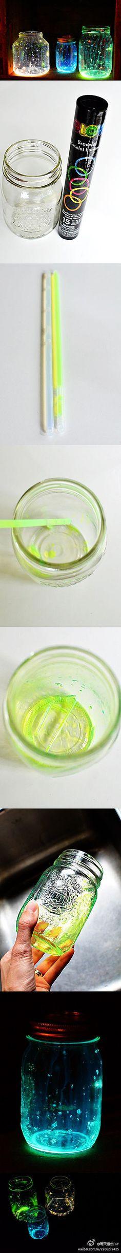 Leuchtende Gläser anhand vom Innern der Leuchtstäbli