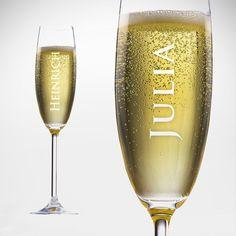 Anstoßen ist immer gut. Unser Sektglas mit persönlicher Gravur macht das das gute, alte Ritual zur Feier zu einem Erlebnis, das noch etwas besonderer ist als sowieso schon.