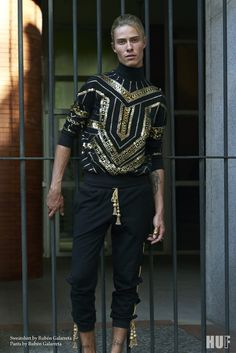 71b6023e Sweatshirt y pantalón con detalles dorados de RUBÉN GALARRETA Indian Men  Fashion, All Black Fashion